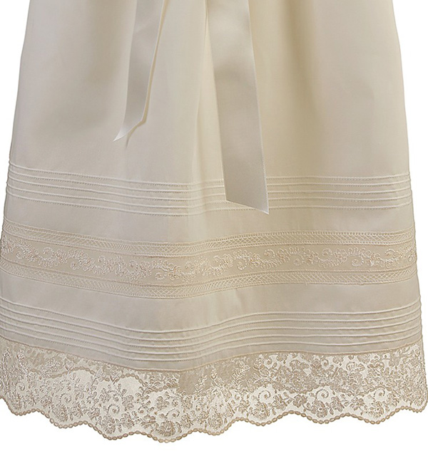 falda en batista organdizada marfil adornada con una cenefa de jaretas de doble aguja