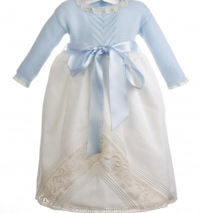 Cojunto de faldón de batista organdizada con encaje de Alençon y capota de organdí suizo para bebés