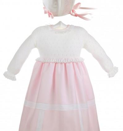 Conjunto de bebé de faldón blanco con falda de batista rosa y capota de piqué