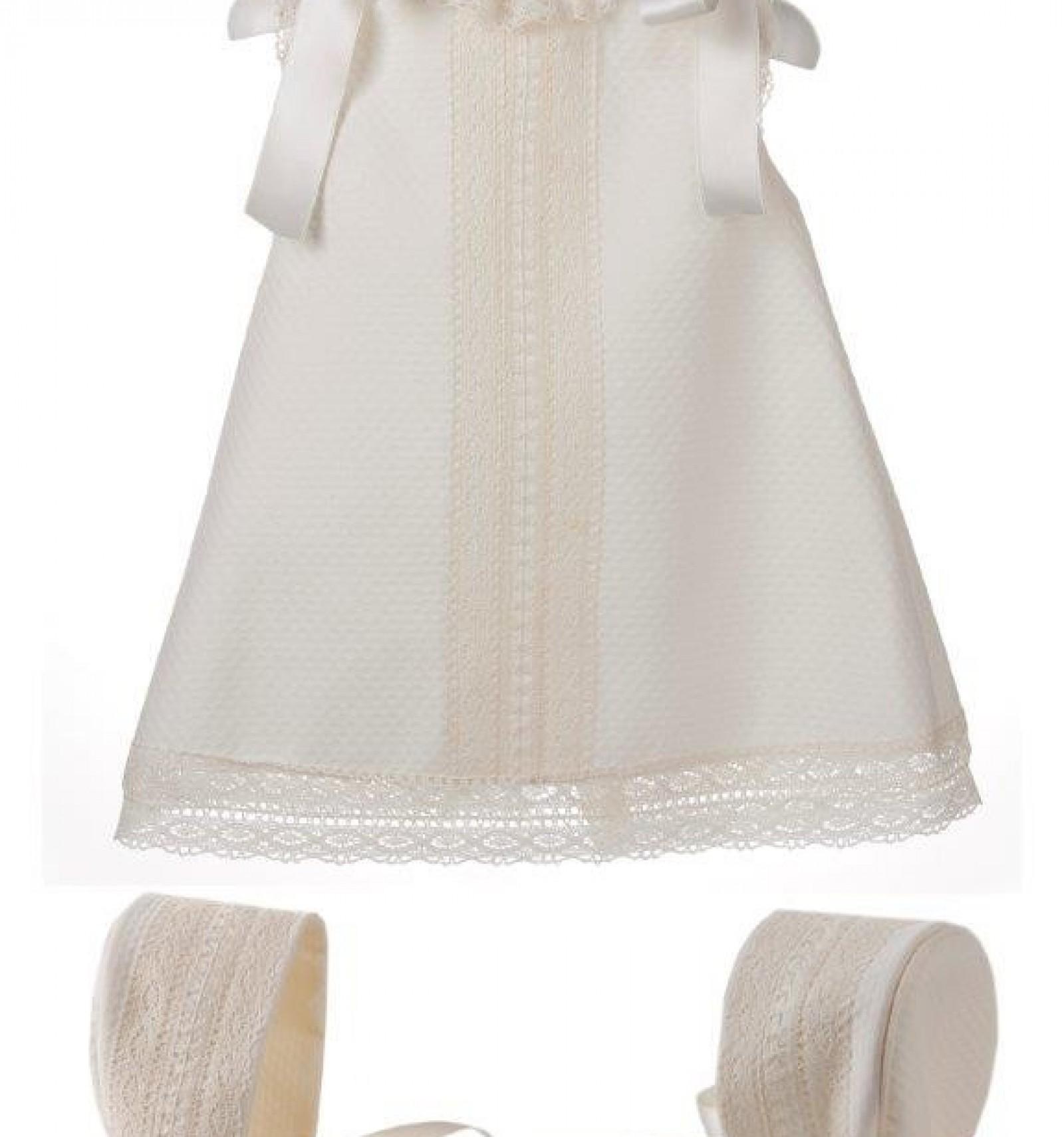 ee67ee17271b1 Vestido y capota de piqué para bebé de piqué con entredoses de bolillo