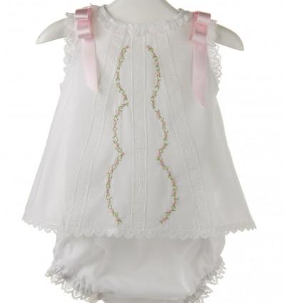Vestido y para bebé de batista y flores bordadas