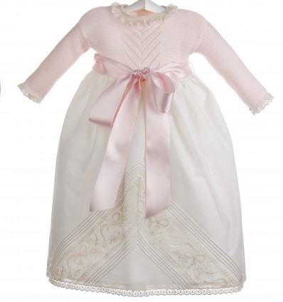 Faldon para bebé con el cuerpo de punto bobo y calados y la falda de batista organdizada con encaje de Alençon