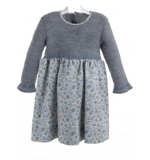 Vestido de lana gris con falda estampada
