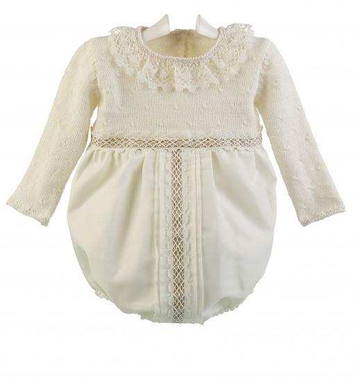 e6bdfaa6a Ranita de ceremonia y bautizo para bebé con cuerpo de lana merino y bolillo