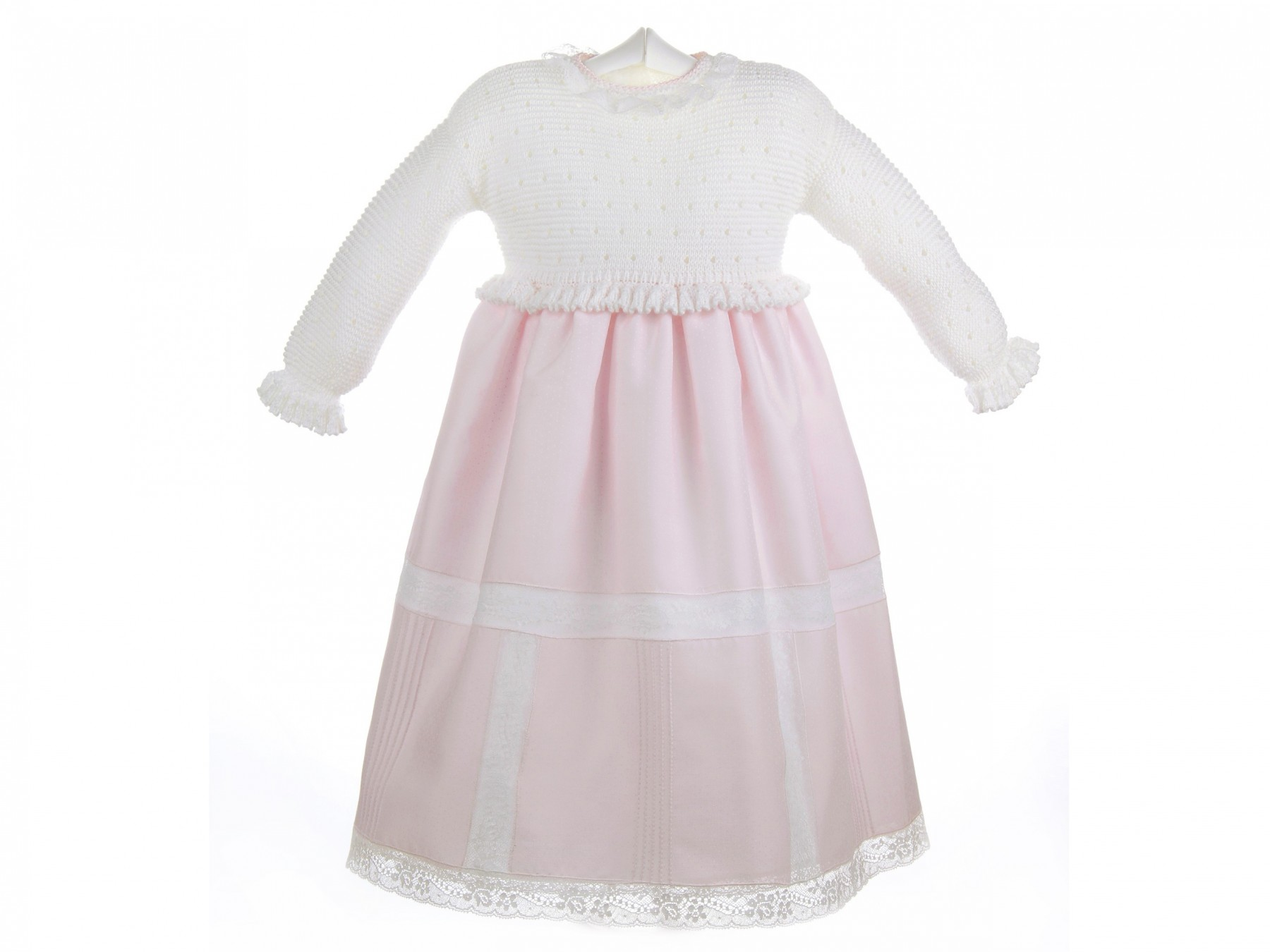 Faldón de bebé con el cuerpo de punto bobo calado y falda con entredoses rosa