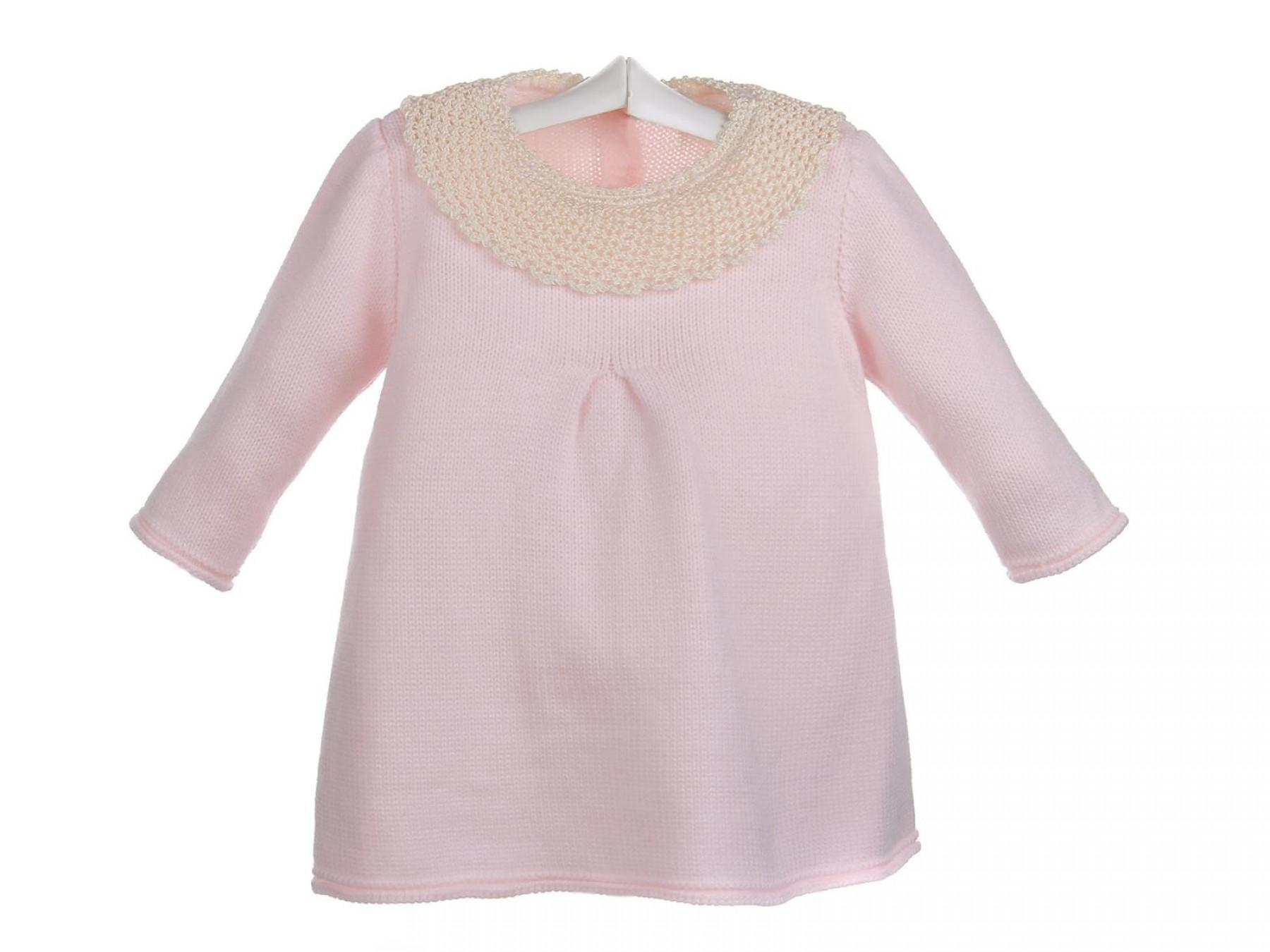 3f3d16643 Vestido de lana para bebé con el cuello con encaje de ganchillo