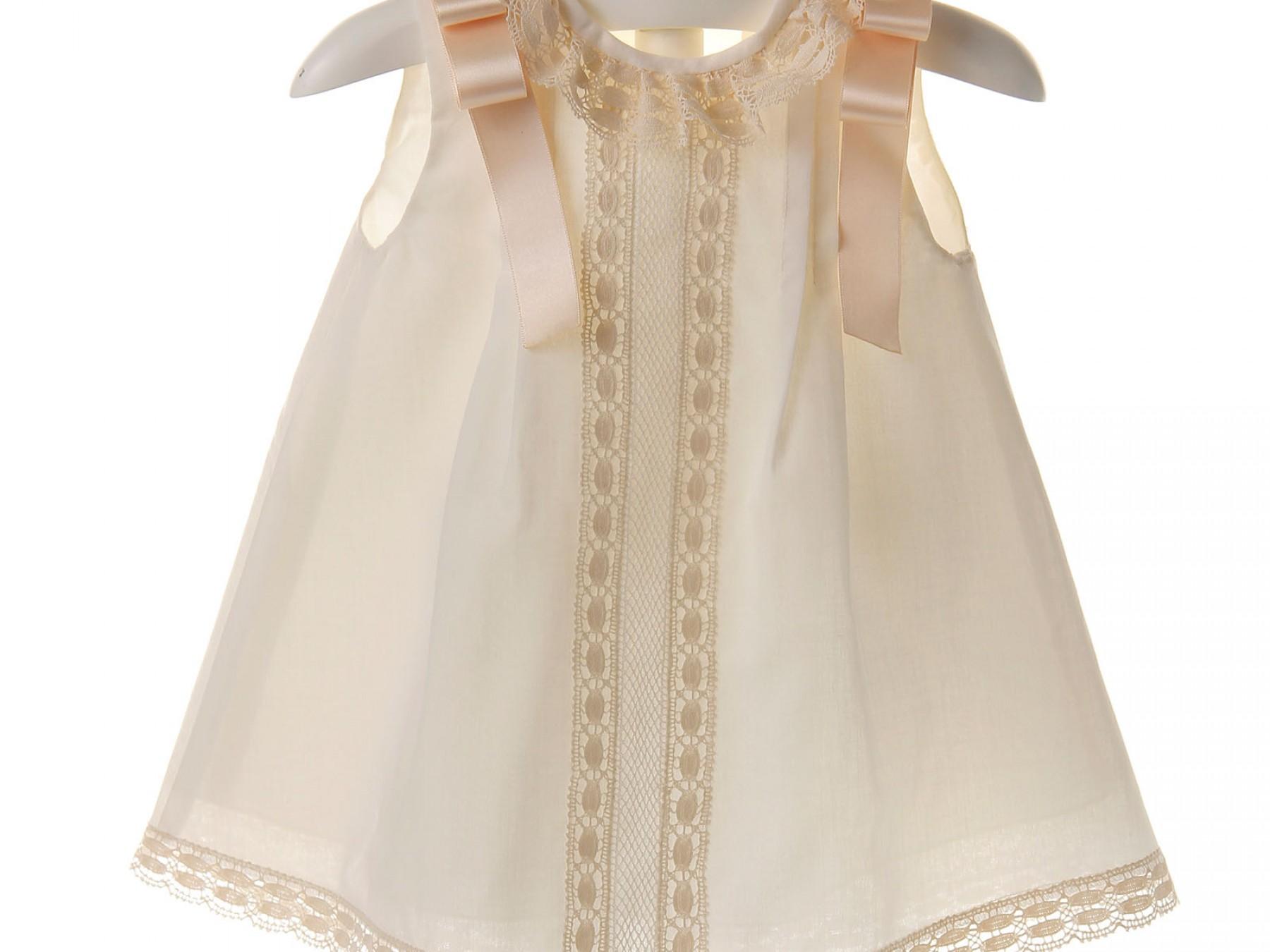 Vestido de ceremonia y bautizo de batista organdizada con jaretas y encaje de bolillo